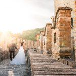 gallery-castello-vigoleno-sposi-matrimonio-passeggio